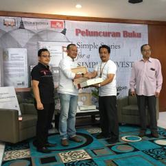 NH menyerahkan Buku SSfaSI versi braille kepada Bpk Isep Seprian, Kepala BLBI Abiyoso, Cimahi.