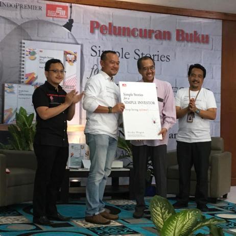 Bapak Aluisius Arisubagijo dari Elex Media Komputindo menyerahkan mock-up buku SSfaSI kepada NH