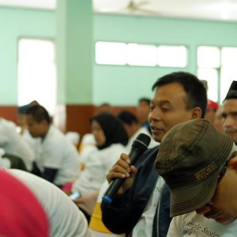 Bapak Sulaiman mengajukan pertanyaan kepada penulis
